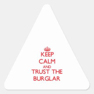 Guarde la calma y confíe en al ladrón pegatina triangular