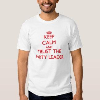 Guarde la calma y confíe en al líder de fiesta remera