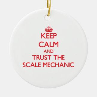 Guarde la calma y confíe en al mecánico de la esca adorno de navidad