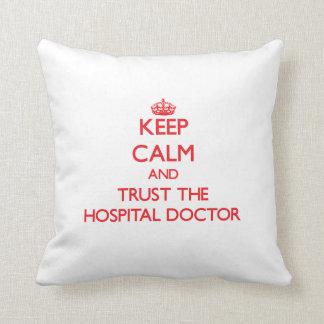 Guarde la calma y confíe en al médico de hospital cojines