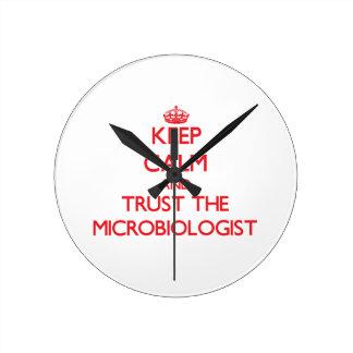 Guarde la calma y confíe en al microbiólogo reloj