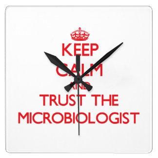 Guarde la calma y confíe en al microbiólogo reloj de pared