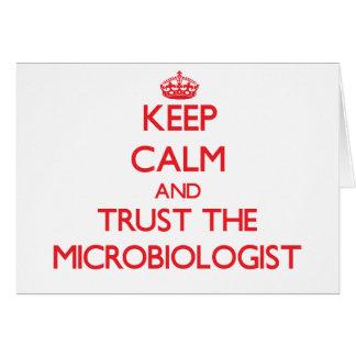 Guarde la calma y confíe en al microbiólogo felicitación