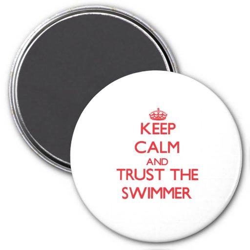 Guarde la calma y confíe en al nadador imán redondo 7 cm