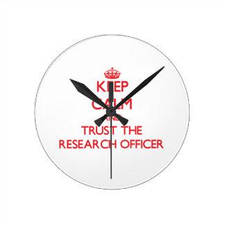 Guarde la calma y confíe en al oficial de la inves relojes