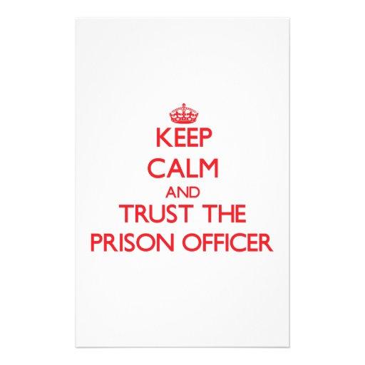 Guarde la calma y confíe en al oficial de prisión  papeleria