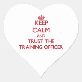 Guarde la calma y confíe en al oficial del entrena calcomanía de corazón
