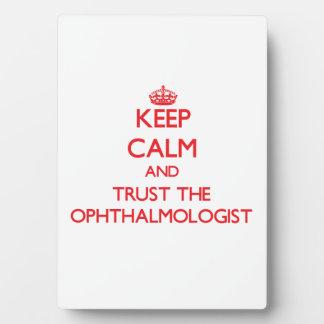 Guarde la calma y confíe en al oftalmólogo placas con foto