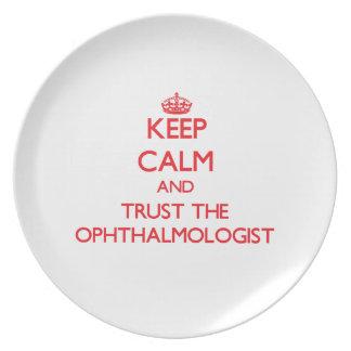 Guarde la calma y confíe en al oftalmólogo plato de comida