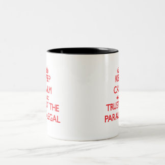 Guarde la calma y confíe en al Paralegal Taza Dos Tonos