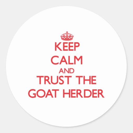 Guarde la calma y confíe en al pastor de la cabra etiquetas redondas