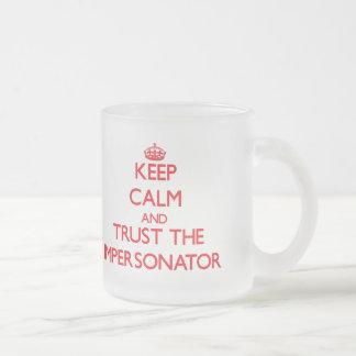 Guarde la calma y confíe en al personificador tazas