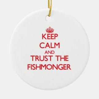 Guarde la calma y confíe en al pescadero adorno redondo de cerámica