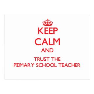 Guarde la calma y confíe en al profesor de escuela tarjetas postales