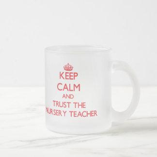 Guarde la calma y confíe en al profesor del cuarto taza de café