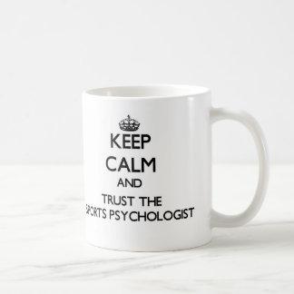Guarde la calma y confíe en al psicólogo de los de taza básica blanca