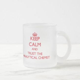 Guarde la calma y confíe en al químico analítico taza de café esmerilada