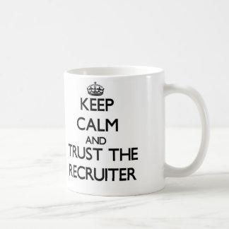 Guarde la calma y confíe en al reclutador taza