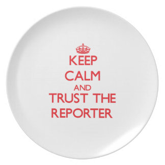 Guarde la calma y confíe en al reportero plato para fiesta