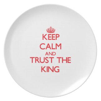 Guarde la calma y confíe en al rey platos para fiestas