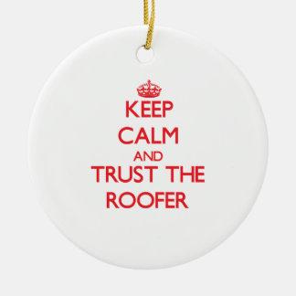 Guarde la calma y confíe en al Roofer Ornamentos De Navidad