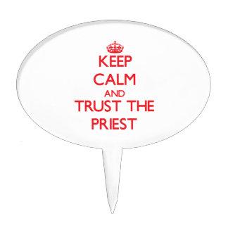 Guarde la calma y confíe en al sacerdote decoración de tarta