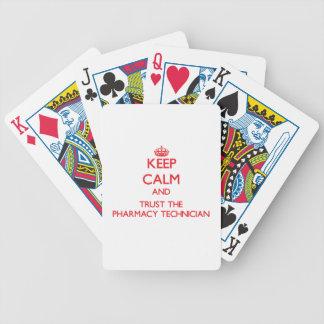 Guarde la calma y confíe en al técnico de la farma barajas de cartas
