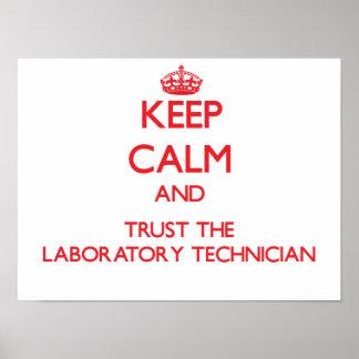 Guarde la calma y confíe en al técnico de laborato póster