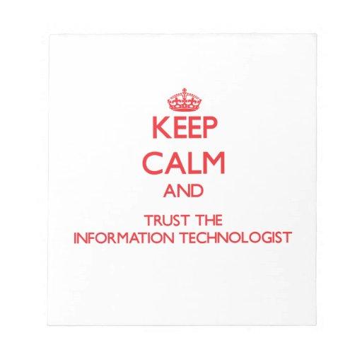 Guarde la calma y confíe en al tecnólogo de la inf bloc de papel