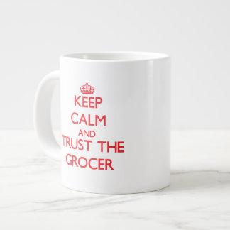 Guarde la calma y confíe en al tendero taza extra grande