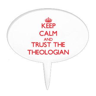 Guarde la calma y confíe en al teólogo figuras de tarta