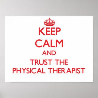 Guarde la calma y confíe en al terapeuta físico póster