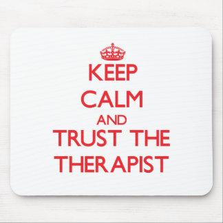 Guarde la calma y confíe en al terapeuta tapete de ratones