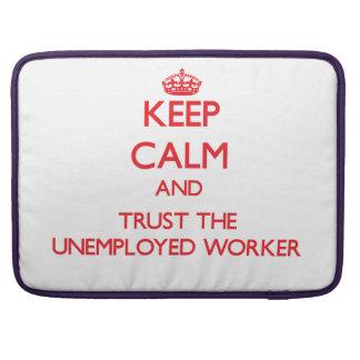 Guarde la calma y confíe en al trabajador parado funda para macbook pro