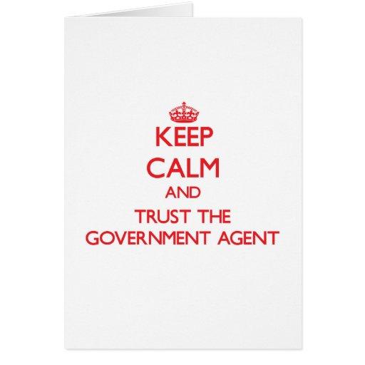 Guarde la calma y confíe en el agente de gobierno felicitaciones