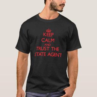Guarde la calma y confíe en el agente de la playera