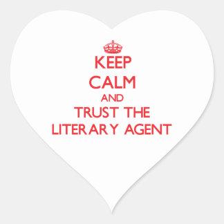 Guarde la calma y confíe en el agente literario pegatina en forma de corazón