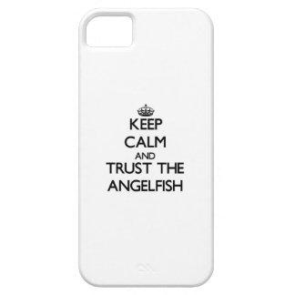Guarde la calma y confíe en el Angelfish iPhone 5 Protectores
