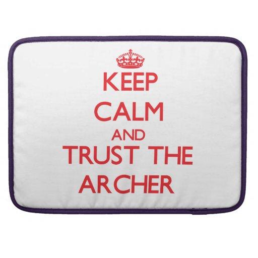 Guarde la calma y confíe en el Archer Fundas Macbook Pro
