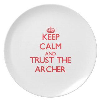 Guarde la calma y confíe en el Archer Plato