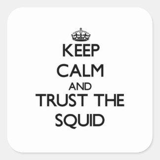 Guarde la calma y confíe en el calamar pegatina cuadrada
