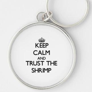 Guarde la calma y confíe en el camarón llavero redondo plateado