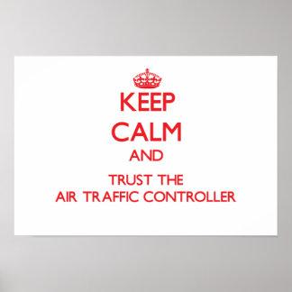 Guarde la calma y confíe en el controlador aéreo poster