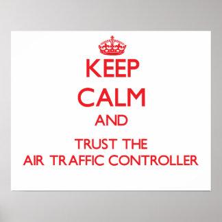 Guarde la calma y confíe en el controlador aéreo posters