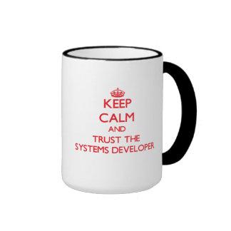 Guarde la calma y confíe en el desarrollador de lo taza a dos colores