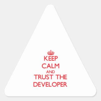 Guarde la calma y confíe en el desarrollador pegatina de triangulo personalizadas