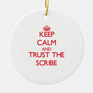 Guarde la calma y confíe en el escribano ornamente de reyes