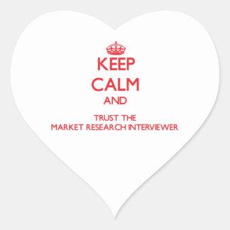 Guarde la calma y confíe en el estudio de mercados pegatina en forma de corazón