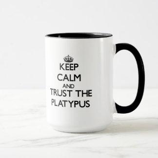 Guarde la calma y confíe en el Platypus Taza