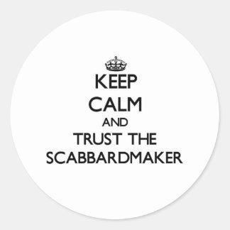 Guarde la calma y confíe en el Scabbardmaker Etiquetas Redondas